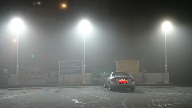 霧のガソリンスタンド