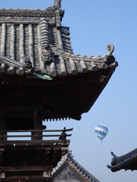お寺と気球
