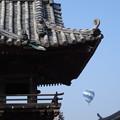 写真: お寺と気球