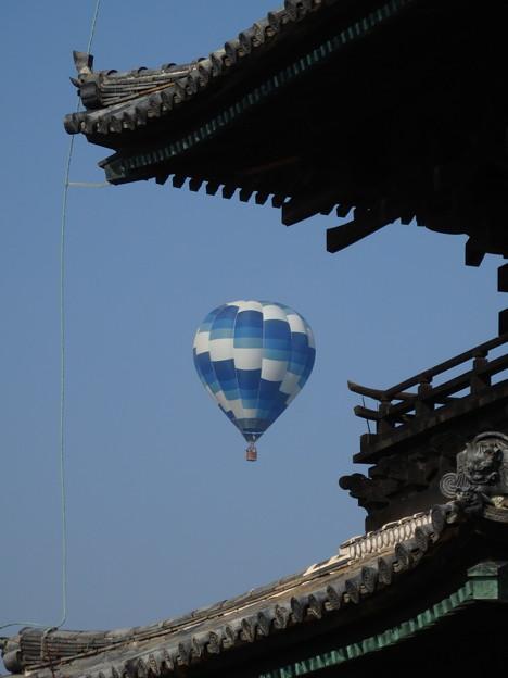 お寺と気球2