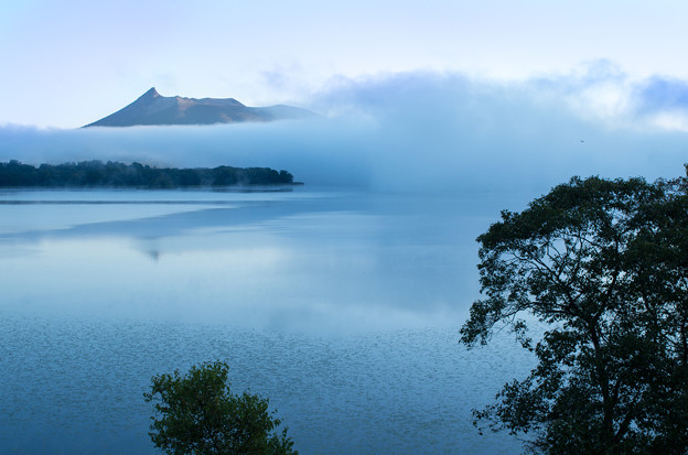 朝霧の湖畔