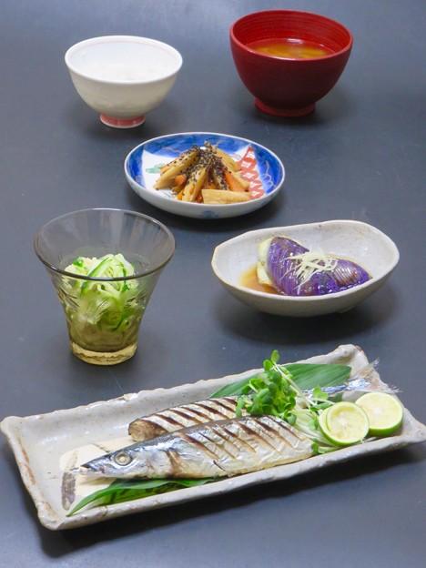 9月18日今晩は、秋刀魚の塩焼き、茄子揚げ浸し針生姜、蓮根と人参のきんぴら、切り干し大根の和え物、葱と茸の味噌汁、もち麦ご飯
