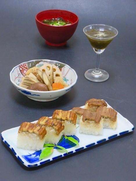 今晩は、煮穴子と焼き穴子の棒寿司、お煮しめ里芋人参牛蒡蓮根干し椎茸お揚げ高野豆腐、もずく土佐酢針生姜、豆腐とわかめの味噌汁