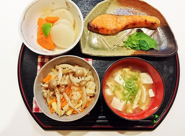 G先生にこれを。しめじと人参と油揚げの炊き込みご飯、焼き鮭、豆腐とねぎのお味噌汁、大根と人参の薄味の煮物です。