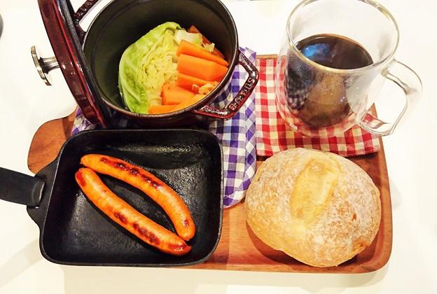 G先生にこれを。焼きたてチョリソー、出来立てキャベツと人参の煮込み、石窯パン、挽きたてコーヒーです。
