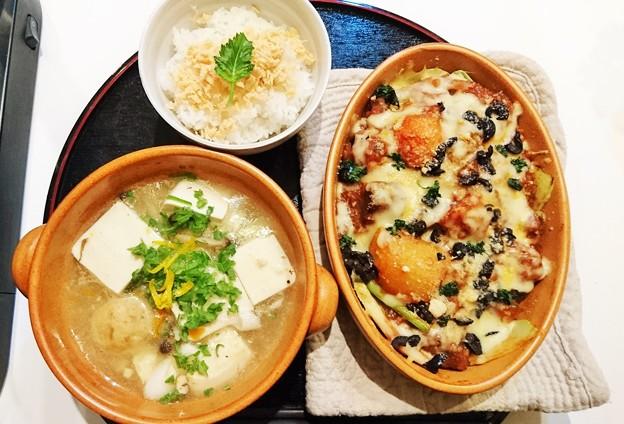G先生にこれを。コールラビと茄子のトマトグラタン風、鶏団子と豆腐の汁もの、炊きたてご飯に鮭ほぐしです。