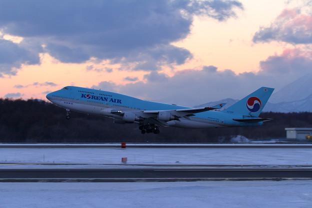 B747 KAL HL7402 夕暮れ時takeoff