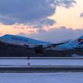 Photos: B747 KAL HL7402 夕暮れ時takeoff