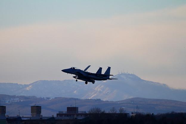 写真: F-15 203sqと手稲山