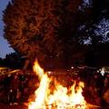 炎に照らされる大イチョウ
