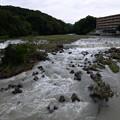 写真: 続く濁流