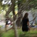 写真: 風の中の少女