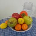 Photos: 卓上の果物と《水差し》??(加工前)