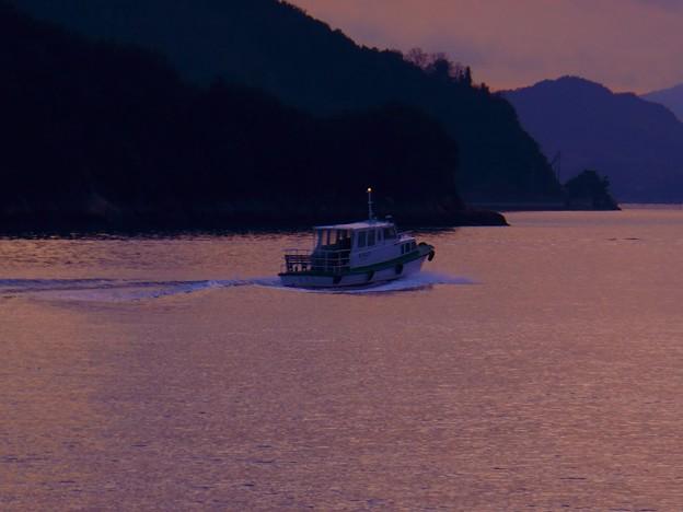 夕暮れの海を連絡船が行く