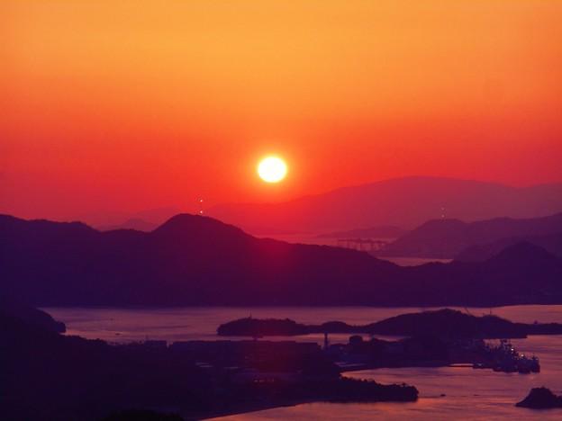 鉄塔が点滅しシンクロするしまなみ海道春景色 ♪(拡大してね)
