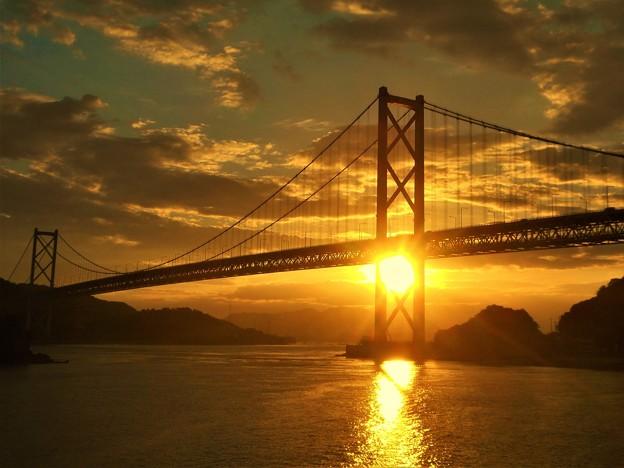 写真: 布刈(めかり)の瀬戸の夕陽@しまなみ海道・因島大橋