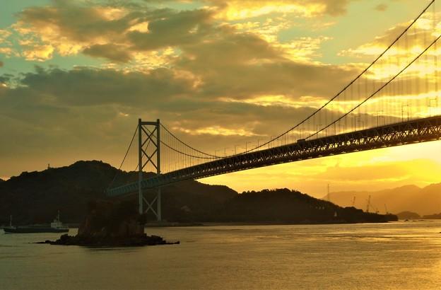 因島大橋の夕暮れ@大浜崎灯台と灯台記念館が見える(右下方)