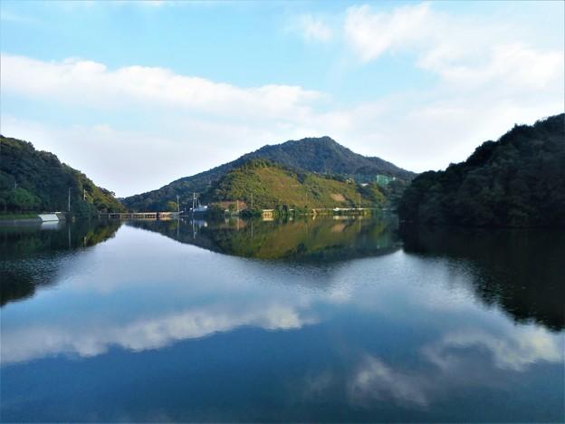中秋のシンメトリーな水源池風景@久山田水源池