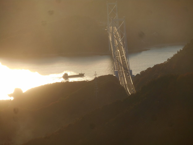 布刈瀬戸を航行する@初冬のしまなみ海道・因島大橋