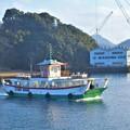 写真: 新春の駅前渡船と灯台と向島ドック@瀬戸内海