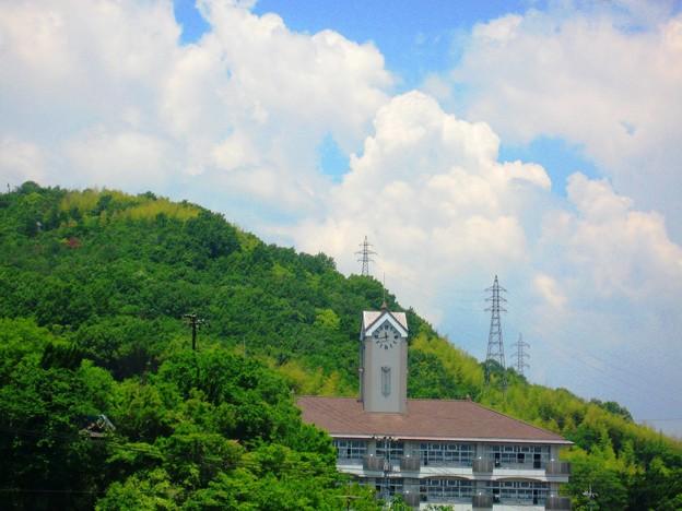 雲が湧く初夏の空