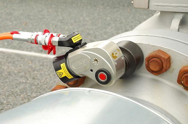油圧トルクレンチでフランジボルト締め 締付けトルク3000Nm