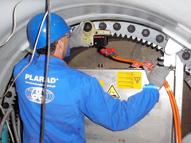 風力発電のボルト締め PLARAD油圧トルクレンチでトルク管理