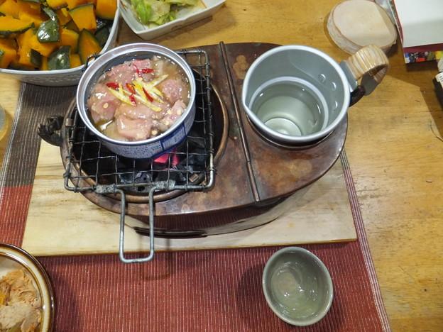 写真: 焼き鳥と燗銅壺