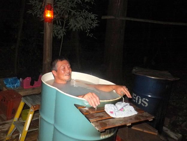 ドラム缶風呂に入浴