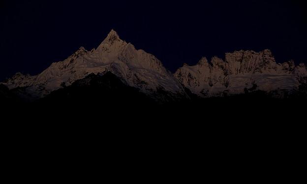 未明の闇に浮かぶ雪山