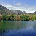 写真: 湯の湖の紅葉