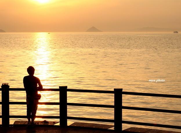 夕日と釣り人