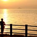 写真: 夕日と釣り人