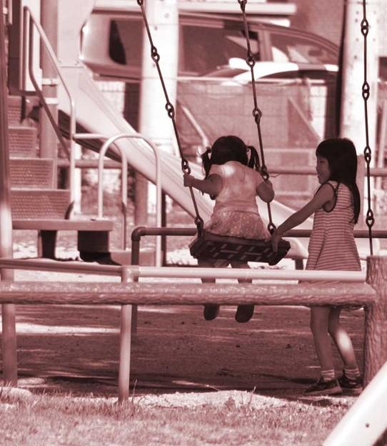 ブランコで遊ぶ姉妹