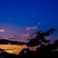 写真: 宵闇の空へ