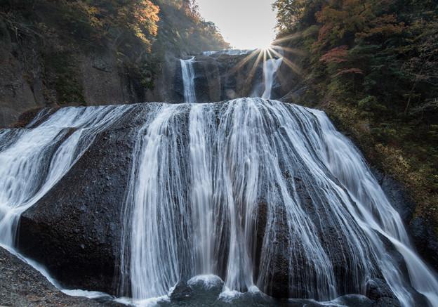写真: 袋田の滝 太陽が