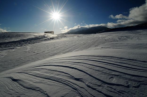 雪の風紋と小屋