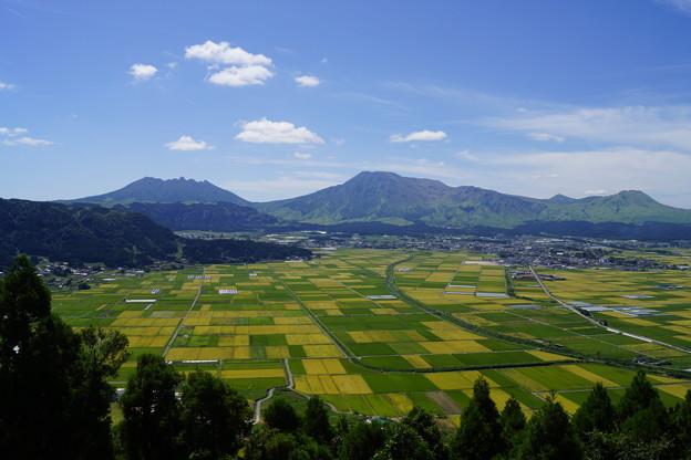九州 外輪山から阿蘇山の眺め