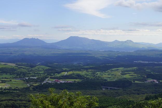 九州 瀬の本高原から阿蘇山の眺め