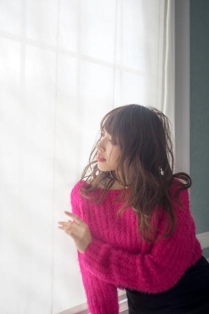 写真: 窓辺で