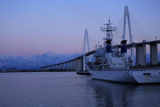 立山連峰 新湊大橋と船