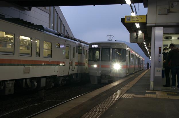 Photos: 新旧の列車たちの交換