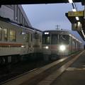 新旧の列車たちの交換