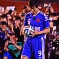 Photos: ボールに願いを込めて。。番組中継で蹴るゴン中山
