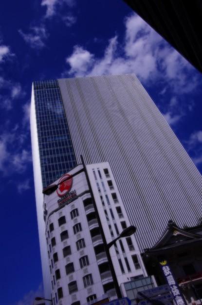 青空の下 銀座にある新しい歌舞伎座ビル・・ 20140629