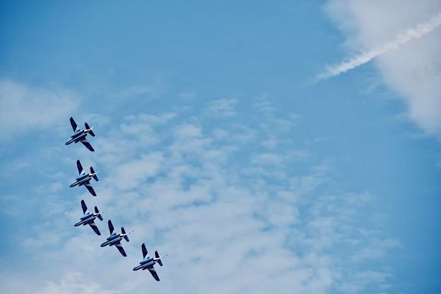 東松島の青い空。。青いブルーインパルス