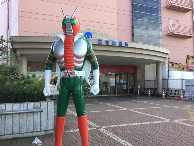 石巻市役所には仮面ライダーV3が見守る。。20170826