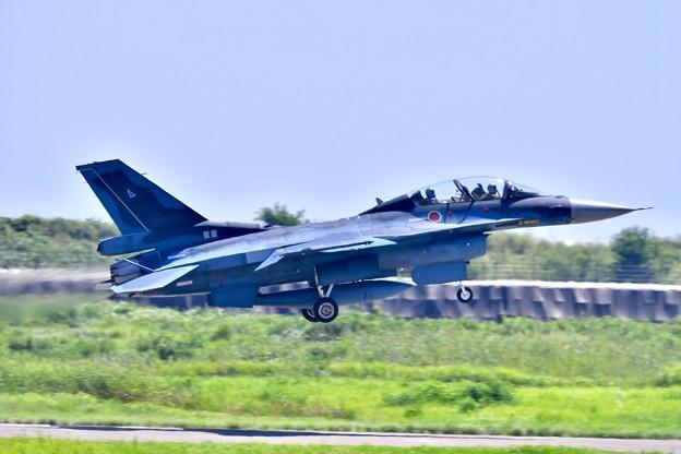Photos: 第24飛行隊F-2B タッチ&ゴー。。機動飛行