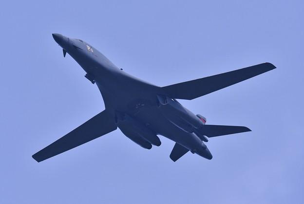 まるで優雅に飛ぶ白鳥の様に。。オーバーヘッドへB-1Bランサー戦略爆撃機 20170909
