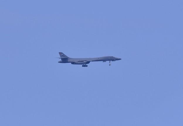 Photos: 挨拶がわりにオーバーヘッド見せアプローチ態勢ギアダウンB-1Bランサー戦略爆撃機